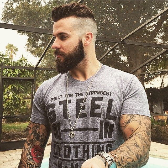 Bald-Fade-med-Beard-og-Skull-Tatoveringer