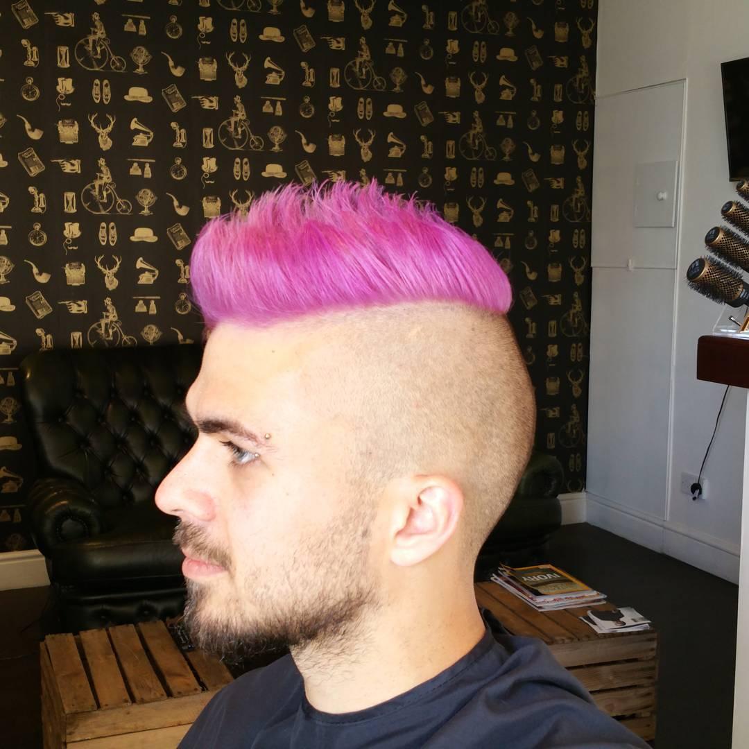 Hårdesign-til-mænd-med-rosa-tips