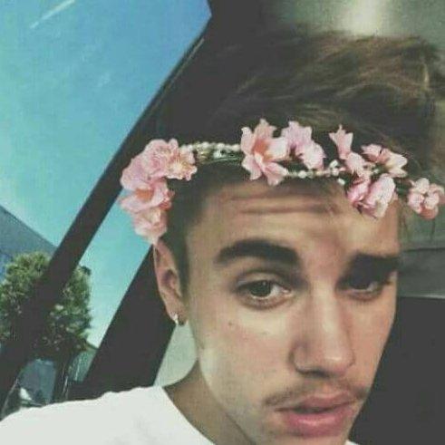Justin-Bieber-Haircut-med-en-Flower-Crown