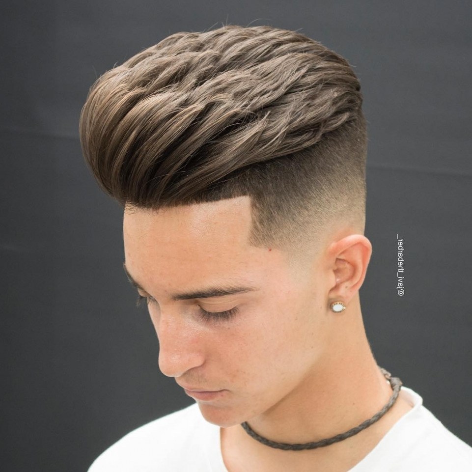 Pompadour Haircut med Side Del Undercut