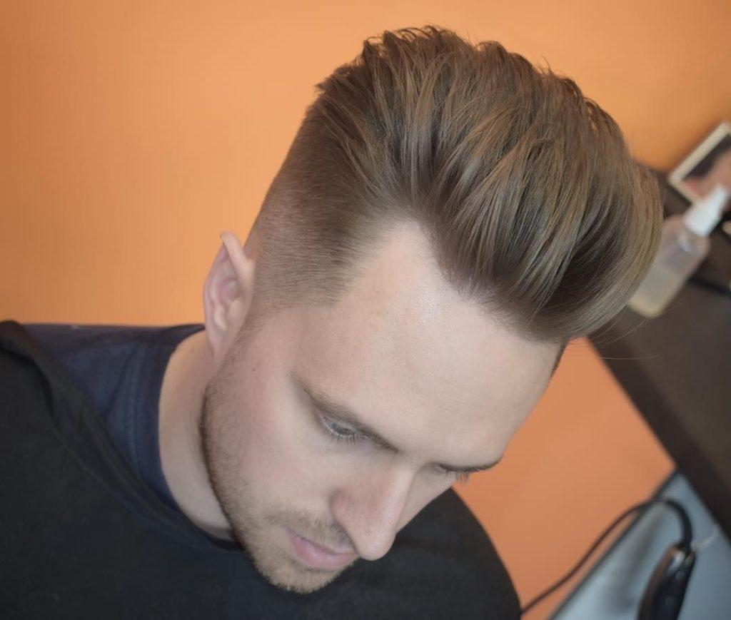 Pompadour Haircut til mænd med tilbagekaldt Hairlines
