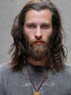 Langt bølget hår og robust skæg