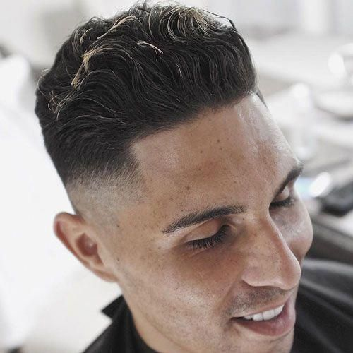 Moderne-Pompadour-Frisure-til-mænd-med-bølget-hår