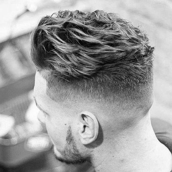 Svært-tilbage-Frisure-til-bølget-hår-mænd